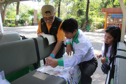 Tai xe huong dan cho khach nuoc ngoai tren xe dien tai Ho Chi Minh