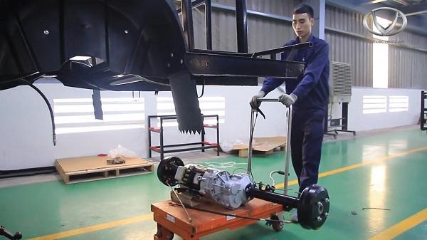 Tỉ mỉ công đoạn lắp trục bánh xe điện VN Electric Car