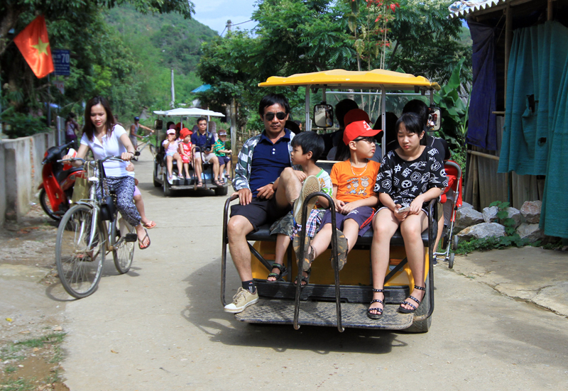 Du khách thất vọng khi trải nghiệm du lịch Mai Châu trên xe oto điện cũ
